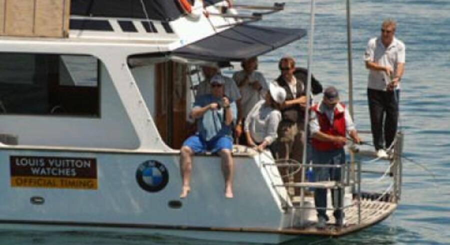 Noget på krogen - dommerne i Louis Vuitton Cup hev fiskestængerne frem, da de mandag igen måtte udskyde sejladserne ud for Auckland på grund af manglende vind. Foto: Ernstveds bureau