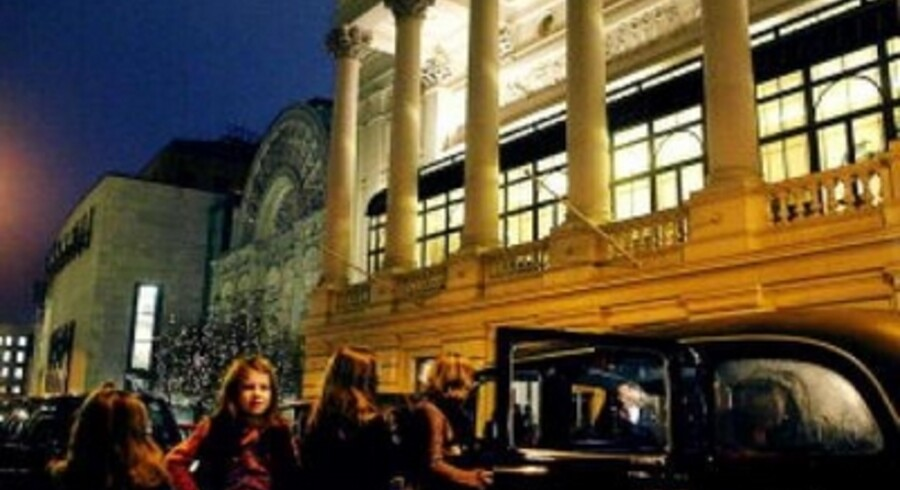 The National Opera House i Covent Garden er blevet om ikke folkeligt så dog et langt mindre elitært etablissement - uden det er gået ud over den kunstneriske kvalitet. Her ankomer gæsterne til aftenens forestiling.<br>Foto: Claus Bech