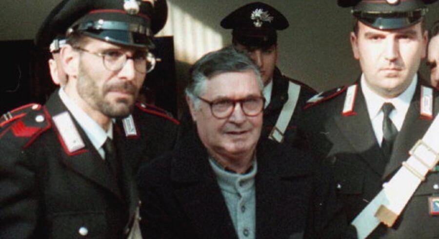 Corleoneseren Salvatore Toto Riina anholdes efter 24 år som eftersøgt. Han betragtedes som bossernes boss, og blev udpeget som manden, der stod bag krigen mod staten. 30 andre Mafia- mistænkte kom for retten i 1996 anklaget for mordet på flere end 50 mennesker gennem 80erne og 90erne. Foto: AP/Scanpix <p><br>