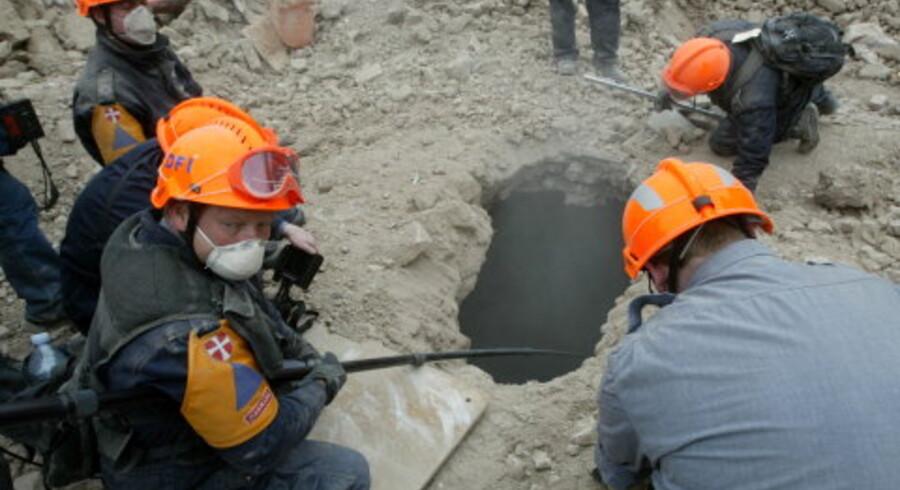 Danske redningsfolk undersøger en kælder fundet i ruinerne af et sammenstyrtet hus i Bam i Iran. <br>Foto: Caren Firouz/Reuters