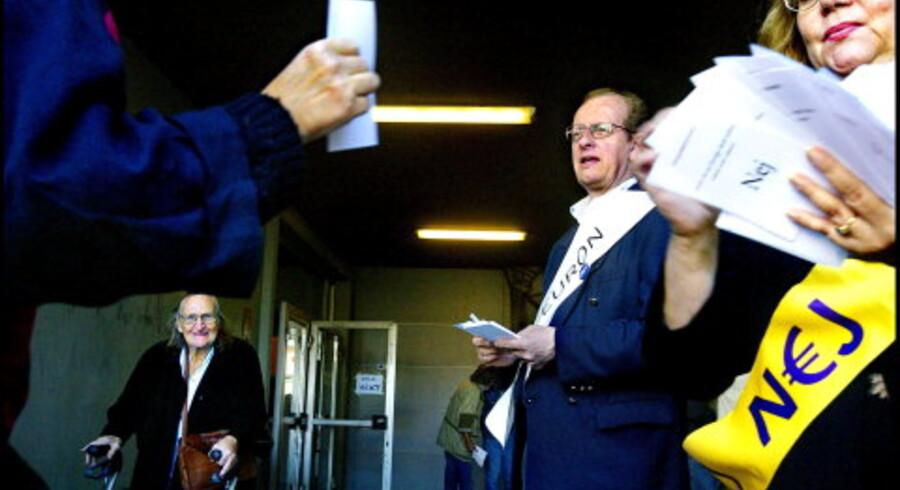 Svenske vælgere mødte talstærkt op i stemmelokalerne i går for at afgøre, om kronen skal skiftes ud med euroen. Lige til det sidste forsøgte tilhængere og modstandere at påvirke resultatet.<br>Foto: Søren Bidstrup