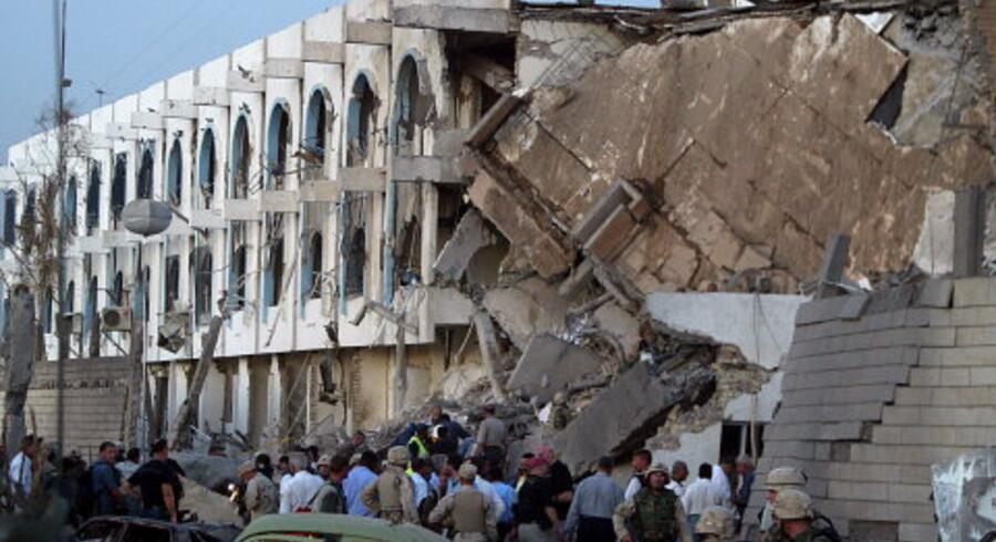 FN Hovedkvarteret ligger i ruiner efter bombningen tirsdag eftermiddag, og mange ligger stadig begravet i murbrokkerne. <br>Foto: AFP PHOTO