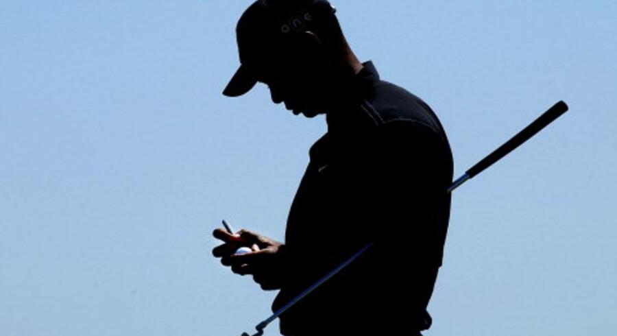 Spillerne har fået deres sag for i årets British Open på banen i Sandwich, der ikke bare er svær, men på sine steder også umulig at spille. Det har Tiger Woods (billedet) fået at føle, men i går viste han tænder og spillede sig helt frem i toppen af feltet, hvor Davis Love III huserer alene i spidsen. Også danske Thomas Bjørn rørte på sig efter kollapset i torsdags og spillede en stabil anden runde og har kontakt med Love, inden finalerunderne spilles i dag og i morgen.