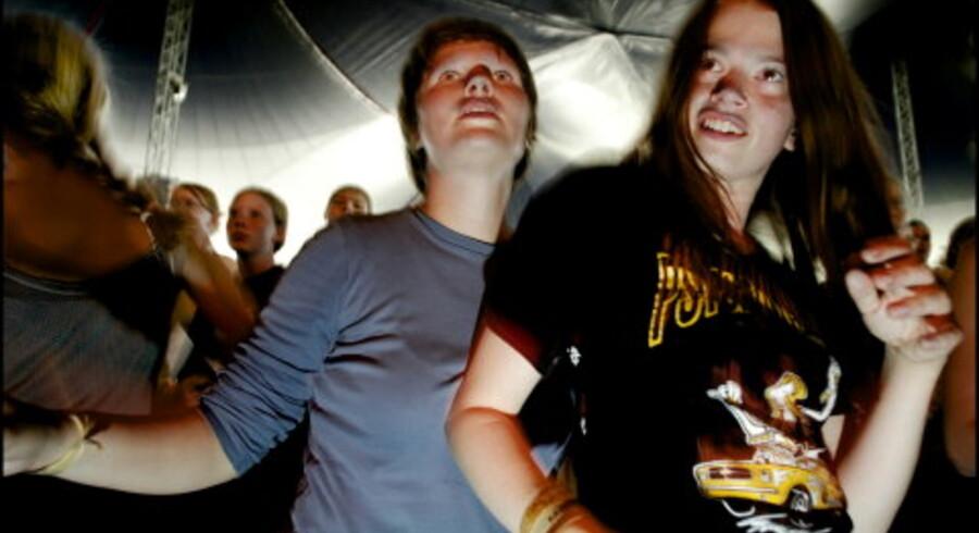 Gæsterne på Midtfyns festivalen er meget unge, de fleste under 20 år og de kommer i højere grad for festens skyld end for musikken.<br>Foto: Reimar Juul