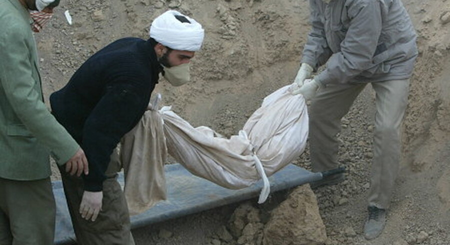 Et barn lægges tirsdag i en fællesgrav efter at være blevet offer for jordskælvet i Iran, som kan have kostet op mod 50.000 mennesker livet.<br>Foto: AFP