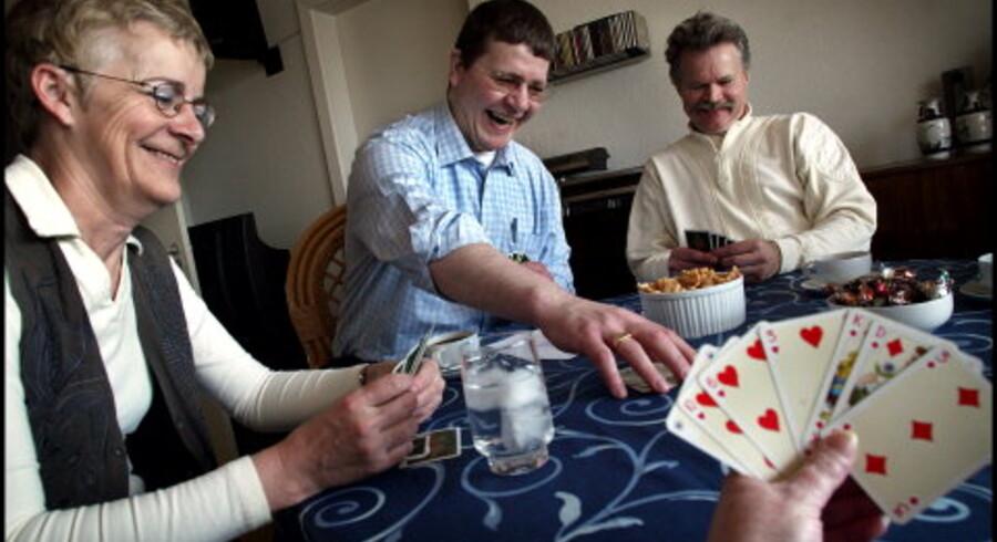 Gert - i midten - spiller kort med vennerne Brit og Henning hos deres fælles bekendt Judy i Herlev. Gert har en drøm om at spare penge sammen og flytte i seniorbofællesskab, når han bliver gammel. Foto: Liselotte Sabroe
