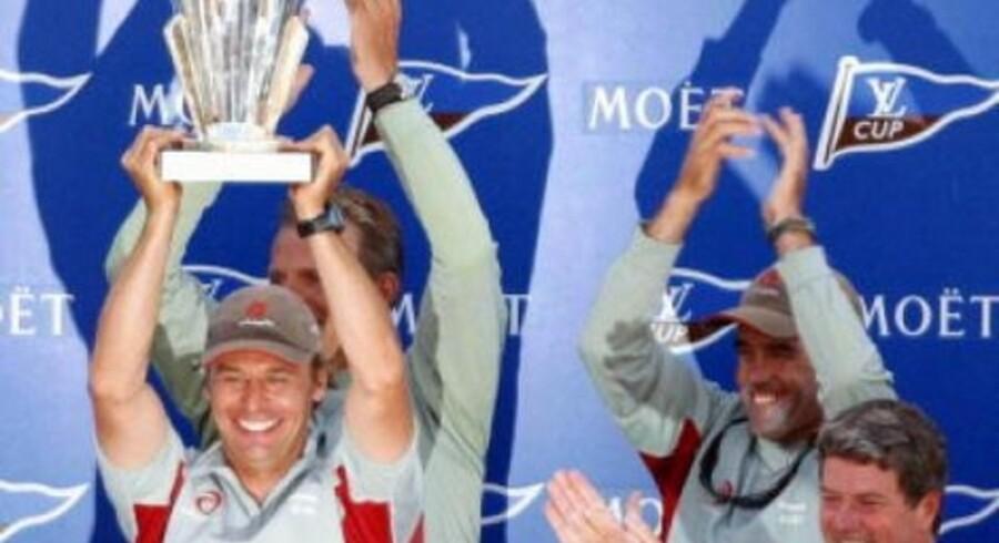 Ernesto Bertarelli, til venstre, leder af Alinghi-holdet løfter jublende vinderpokalen i vejret.<br>Foto: AP <br>Byline/Title LOUIS VUITTON / HO  CreateDate: 20030119  <br>City/State/Coun: AUCKLAND / / NZL  Cred/Source