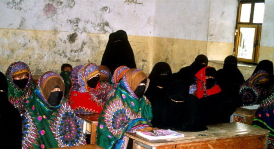 Vi vil lære at læse og skrive, så vi kan stemme på den rigtige, forklarer kvinderne, der først som voksne har fået en mulighed for skolegang. Kvinderne er fra landsbyen Al-Yahary i Yemen, hvor kvindernes rettigheder set med vestlige øjne er stærkt begrænsede. Men kvinderne har som led i Yemens demokratiske eksperiment fået  stemmeret og kan stille op som kandidater. Foto: Ole Damkjær