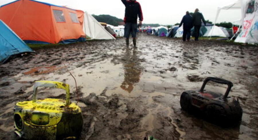 Festivalgæsterne i Roskilde måtte i år undvære festivalens så berømte smat. Den er i stedet flyttet til Ringe, hvor kaskader af regn har dækket festivalarealerne med et tykt lag mudder. Værst er det gået ud over campingpladsen, hvor 30 teltejere natten til fredag måtte evakueres. <br>Foto: Maria Hedegaard