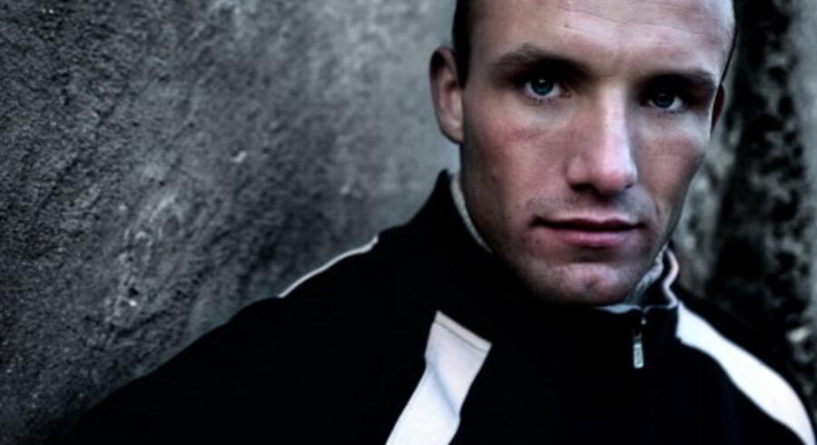 Den hårdtslående bokser Mikkel Kessler er begavet med et fotogent ansigt samt øjne, der kan gøre enhver trussetyv misundelig. Han kan sælge andet end boksebilletter, og det gør ham netop nu ikke mindre varm og ombejlet. Foto: Erik Refner