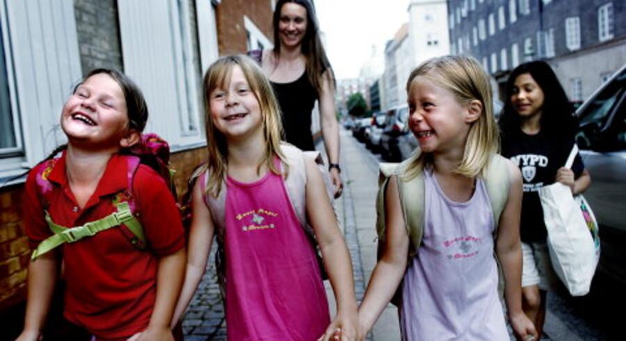 De snart syvårige tvillinger Melinah og Mirah (midt i billedet) er sammen med deres mor Pia Brinch og veninderne Carli (tv.) og Clara (th.) på vej hjem fra Fritidshjemmet på Klerkegade i København. Med smil på læben på en dejlig varm sommerdag. Foto: Claus Bjørn Larsen