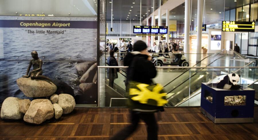 »Den lillebitte Havfrue« står til daglig skråt ud for SAS-loungen i Københavns Lufthavns terminal 3.  Fruen blev købt på en auktion for fem år siden.