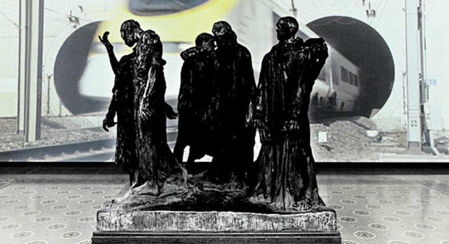 Eva Koch isolerer Auguste Rodins skulpturgruppe »Borgerne fra Calais« foran en filmprojektion af nutidens Calais – bl.a. med opkørslen fra Eurotunnelen.