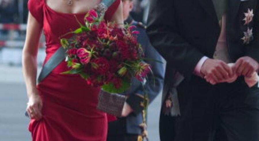 Mary Donaldson og kronprins Frederik på vej ind til festforestilling i Det Kongelige Teater. Foto: Jeppe Michael Jensen