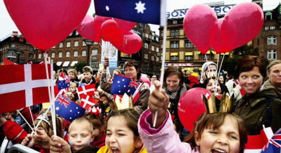 Kronprins Frederik og Mary Donaldson blev hyldet af omkring 5.000 fremmødte på Rådhuspladsen heraf 1.500 børn ¿ med sang og flag ¿ såvel Dannebrog som det australske flag i dagens anledning. Foto: Reimar Juul<br> <br>