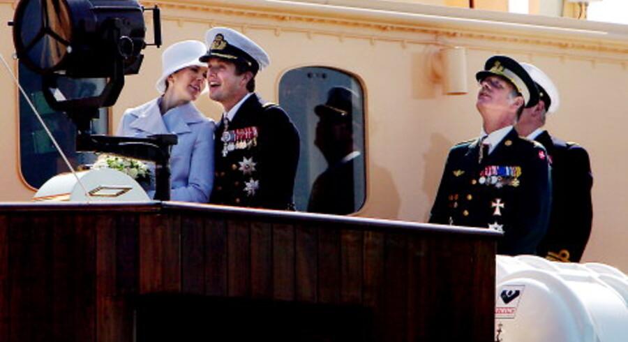 Mary Donaldson overværede sammen med kronprins Frederik og resten af kongefamilien i går forsvarets hyldestparade til det kommende brudepar på Langelinie i København. <br>Foto: Claus Bjørn Larsen.