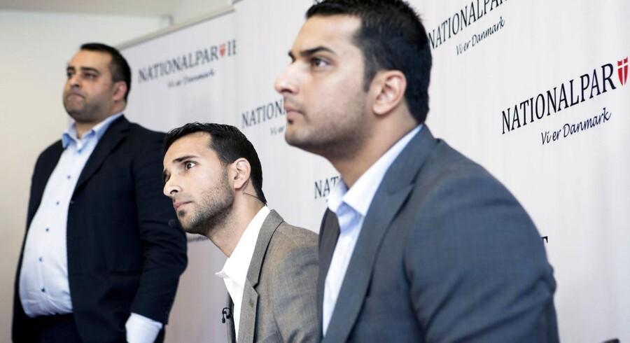 Kashif Ahmad (i midten), der sammen med sine to brødre har stiftet Nationalpartiet, ved partiets pressemøde torsdag 16. oktober i Tivoli Hotel og Congress Center.