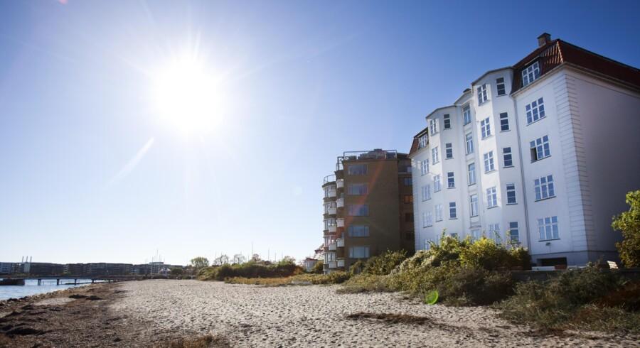Borgmesteren i Rudersdal Kommune, Erik Fabrin, der har været borgmester siden 1986, har som administrator af flere boliger i kommunen formidlet to penthouselejligheder til sine egne børn. Boligerne ligger i første parket på Sundvej med udsigt over Øresund.