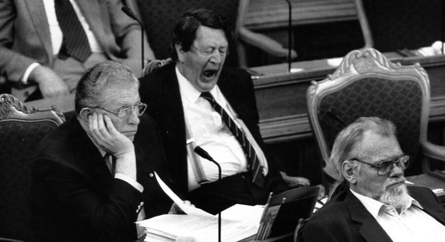 Kravet til vågen udholdenhed er ikke blevet mindre, siden dette foto blev taget fra Folketingets debat i 1989.De ærede medlemmer er Erhard Jakobsen, Arne Melchior ( CD) og Gert Petersen (SF). Foto: Bent K. Rasmussen