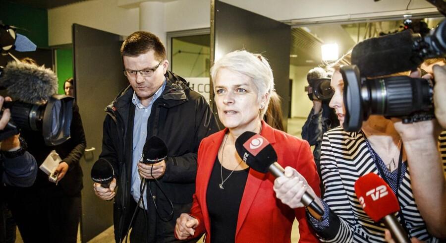 Formand Annette Vilhelmsen kommer ud fra SF-mødet om salget af DONG-aktier til Goldman Sachs.