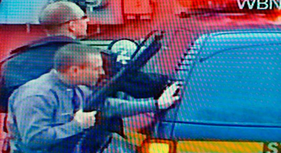 Bevæbnet politi foran bygningen hvor gidseltagningen finder sted.