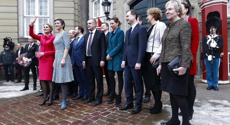 Ministre i den S-ledede regering lader til at prioritere EU højere end den gamle VK-regering. I hvert fald er ministrenes fravær ved EU's ministerrådsmøder kun 6 procent under den S-ledede regering. Under VK-regeringens sidste år var fraværeet tre gange så højt. På billedet præsenterer statsminister Helle Thorning-Schmidt (S) nye ministre ved Amalienborg i forbindelse med en større ministerrokade i februar 2014. (Foto: Mads Nissen/Scanpix 2014)