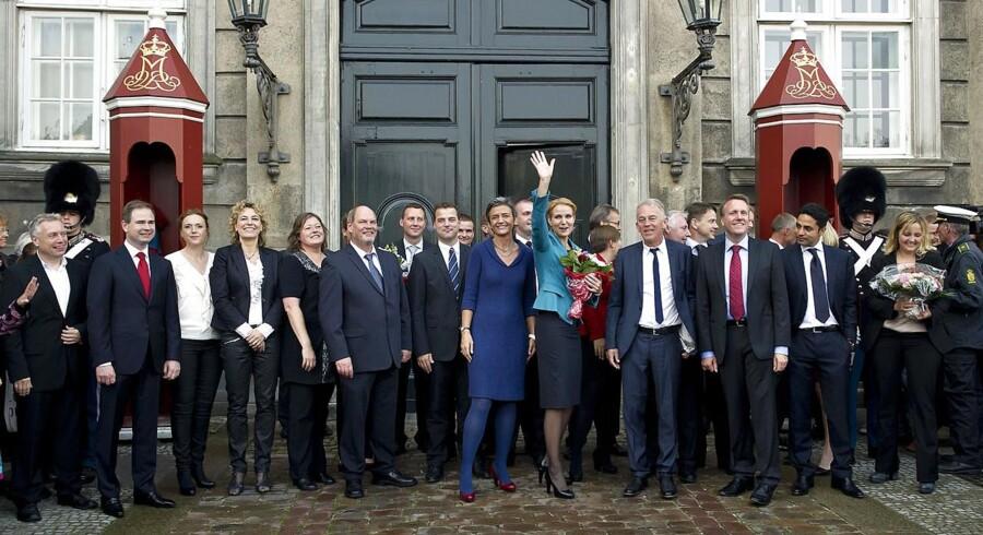 For tre år siden præsenterede Helle Thorning-Schmidt sit ministerhold for dronningen. I dag fejrer Thorning så tre års jubilæum med sit hold. I hvert fald det, der er tilbage af holdet. Se her, hvem der er faldet fra undervejs. (Foto: Keld Navntoft/Scanpix 2011).