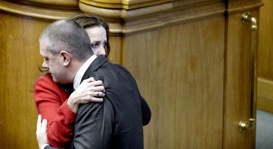 SFs Pia Olsen Dyhr bliver trøstet af finansminister Bjarne Corydon efter SFs udmelding om, at de træder ud af regeringen.