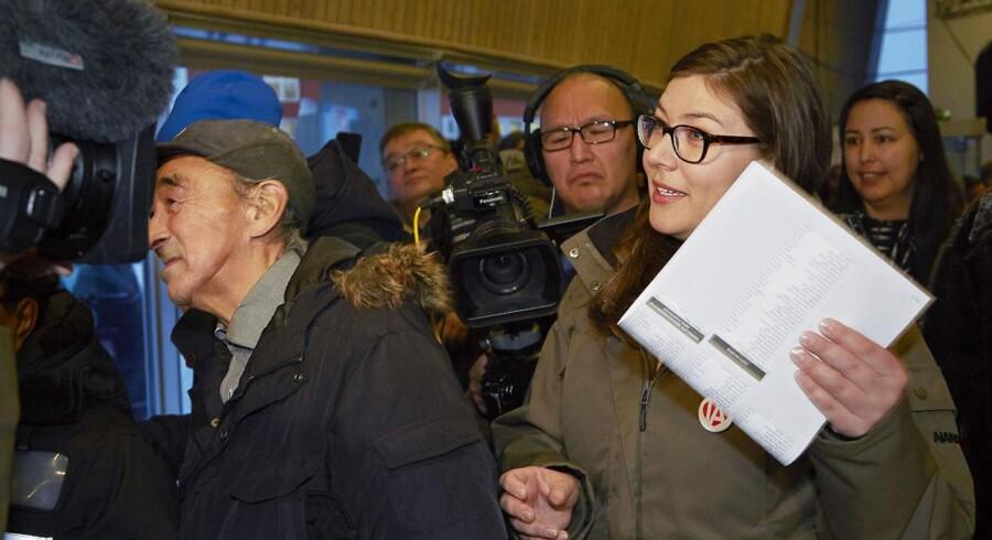 Valg til Landsstyret i Grønland fredag 28. november 2014. Her i Nuuk. Sara Olsvig, Inuit Ataqatigiit (IA), på vej ind og stemme