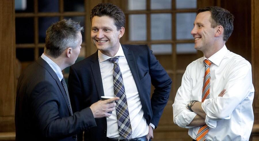 Ole Hækkerup i samtale med Henrik Sass Larsen og Nick Hækkerup i folketingssalen