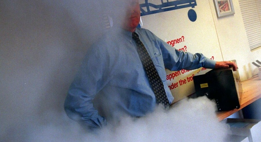 Demonstration af en af mange forme for tyverisikring: En røgkanon, der fylder et rum med røg i tilfælde af indbrud, og som gør det umuligt at navigere rundt i. Arkivfoto.