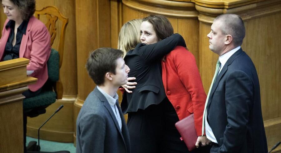 SF's Pia Olsen Dyhr bliver trøstet af Lene Espersen efter SF's udmelding om, at de trådte ud af regeringen sidste torsdag. Til højre ses finansminister Bjarne Corydon.
