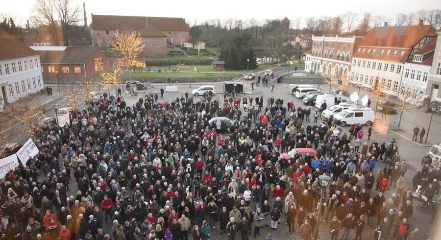 Der var demonstrationer mod partihopperen Jan Reimer Chrsistensen før det konstituerende byrådsmøde i Nyborg. Mere end 700 mennesker var mødt op og byrådssalen var propfyldt.
