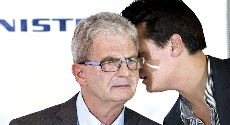 Holger K. Nielsen får hvisket et par ting i øret af Skatteministeriets pressechef, Janus Brecks.