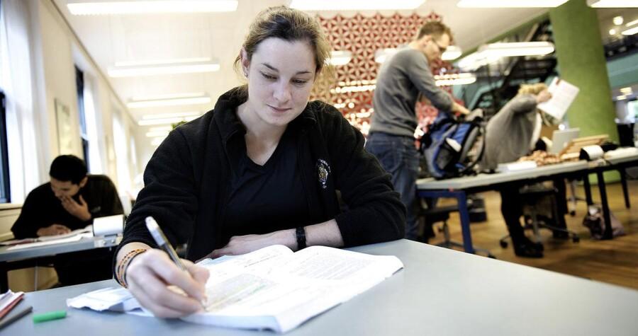 Der skal sorteres i de alt for mange udenlandske studerende, der kommer til Danmark. Og det skal gøres ved at skærpe kravene til dem og stille dem bagerst i køen til en studiebolig, mener DF. Arkivfoto af en canadisk udvekslingsstuderende.