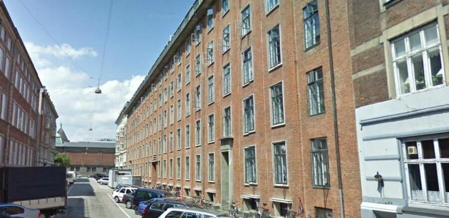 Det er den røde bygning her til højre på Anker Heegaards Gade midt i København, som folketingspolitikerne frem over får mulighed for at bo i.