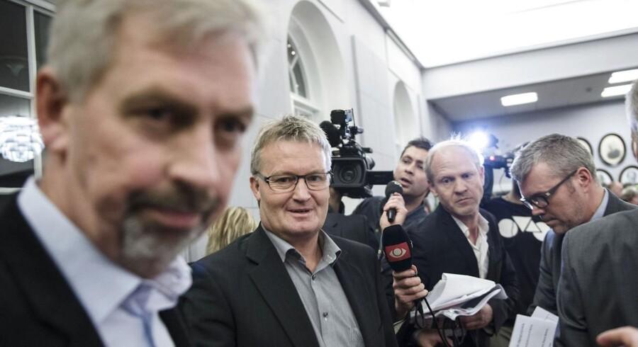 Der opstod voldsom tumult, da journalisterne ville stille spørgsmål til partihopperen i Nyborg, Jan Reimer Christensen - før S, nu V (nr. 2 fra venstre) - da han med sine bodyguards forlod byrådet efter endt konstituering.
