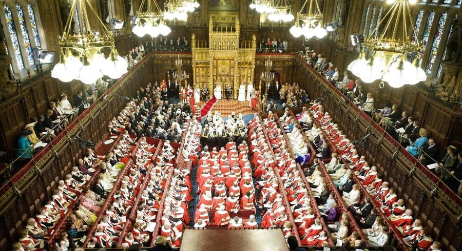 Flere britiske medlemmer af Overhuset er blevet taget i at modtage penge fra virksomheder. F