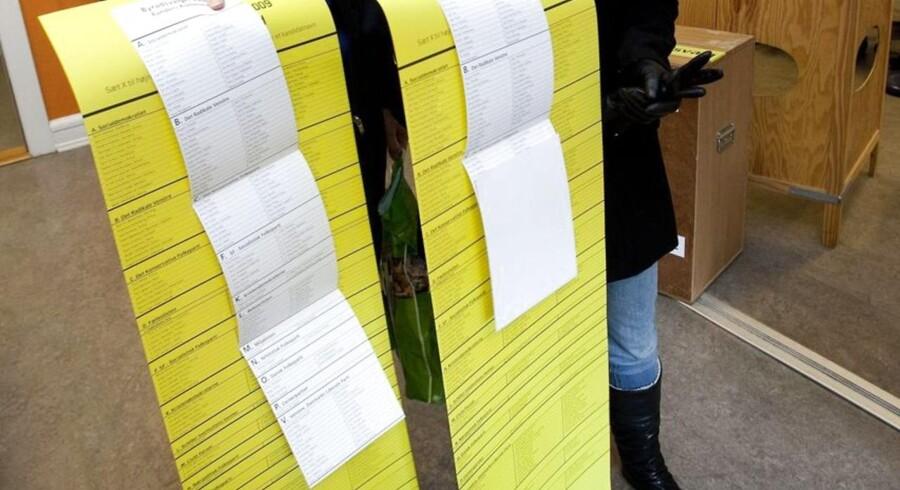 Allerede ved regionsrådsvalget i 2009 var stemmesedlen (den gule) lang. Denne gang er den ikke blevet kortere. Arkivfoto: Annelene Petersen, Scanpix