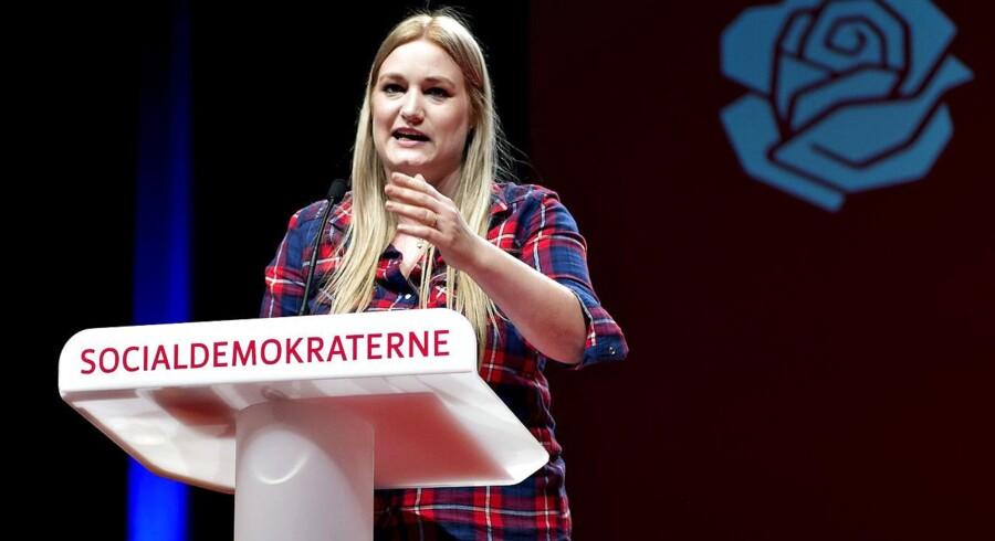Arkivfoto. Formand for DSU, Camilla Schwalbe, på talerstolen ved Socialdemokraterne Kongres sidste år. Nu har hun meddelt, at hun trækker sig som DSU-formand.