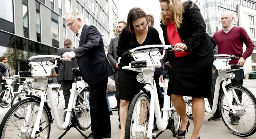 Fra præsentationen af Københavns nye bycykel ses fra venstre Frederiksberg kommunes konservative borgmester, Jørgen Glenthøj, teknik- og miljøborgmester Ayfer Baykal og transportminister Pia Olsen Dyhr.