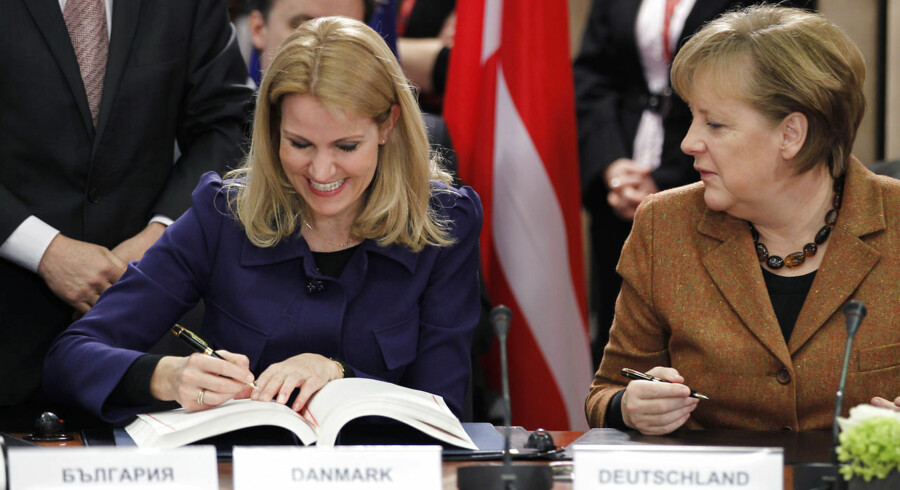 Helle Thorning-Schmidt underskriver Finanspagten med Tysklands kansler, Angela Merkel, ved sin side.