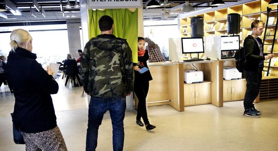 Folk brevstemmer på Hovedbiblioteket i Krystalgade i København tirsdag d. 13 september 2011.