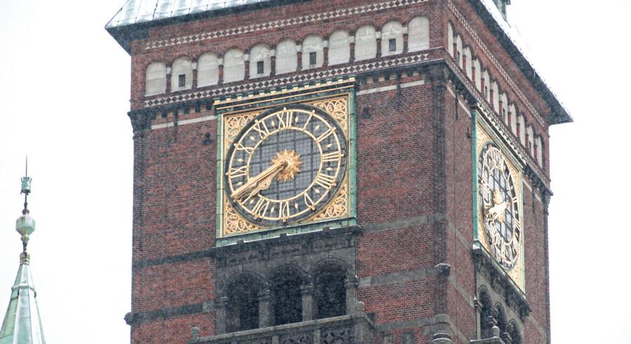 Rådhusuret mandag den 27. december 2010. Rådhusuret på Københavns Rådhus vil også i år ringe og hilse det nye år velkommen, når 2010 bliver til 2011. Der har ellers været frygt for, at det gamle ur ville svigte på årets vigtigste dag, efter at det gik i stykker juleaftensdag. Men urmageren, der straks gik i gang mandag morgen, har nu repareret uret, og alt fungerer igen, som det skal. - Den elektriske kontakt, der giver signal til klokkerne, var knækket. Men det er fikset nu, siger maskinmester Karsten Hallander. Rådhusklokkerne har ikke ringet siden juleaftensdag klokken kvart i fire. Da gik uret amok, og klokkerne blev ved at ringe, indtil vagthavende på rådhuset Per Olsen slukkede for strømmen. Urværket er fra 1902. Det drives af et hovedur, der står inde i rådhuset.