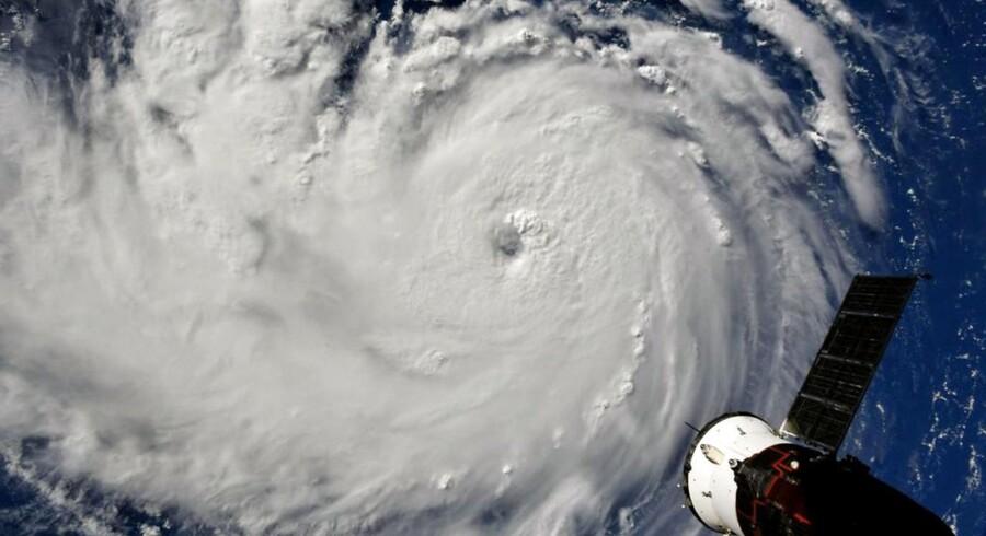 Flere millioner amerikanere er blevet tvunget evakueret, fordi orkanen Florence har kurs mod USAs østkyst. Den ekstreme orkan ventes at gå i land senere på ugen.