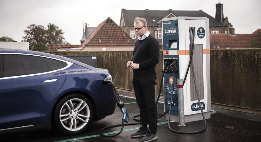 40-årige Mads Krabbe har fragtet hundredvis af danskere i sin Tesla via kørselstjenesten Uber, der i 2017 trak sig ud af Danmark