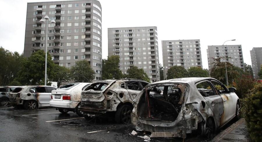 Koordinerede bilafbrændinger i Göteborg og andre byer har i august forstærket svenskernes bekymring og vrede over de voldsomme optøjer i de områder, som nogle svenske politikere har omtalt som »no-go-zoner«.. EPA/ADAM IHSE SWEDEN OUT