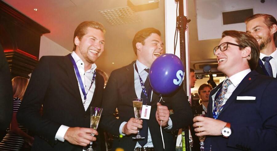 Der var glæde ved Sverigedemokraternas valgfest på restaurant Kristall i det centrale Stockholm. (Foto: 10040 Anders Wiklund/TT/Ritzau Scanpix)