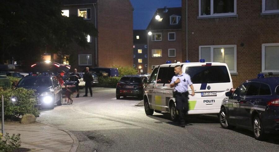 En 30-årig kvinde blev søndag erklæret død, efter at hun blev fundet livløs som følge af flere knivstik i en lejlighed i Aarhus. Søndag aften var politiet massivt til stede i området omkring boligen i det nordvestlige Aarhus. Foto: Øxenholt foto/112 news/Ritzau Scanpix.
