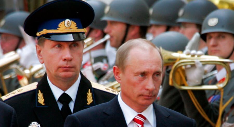 Chefen for den russiske nationalgarde, Viktor Solotov (tv.), truer med at tæve oppositionslederen Aleksej Navalnyj, indtil han ligner et »mørt stykke kød«.Viktor Solotov er tidligere bodyguard for Vladimir Putin.
